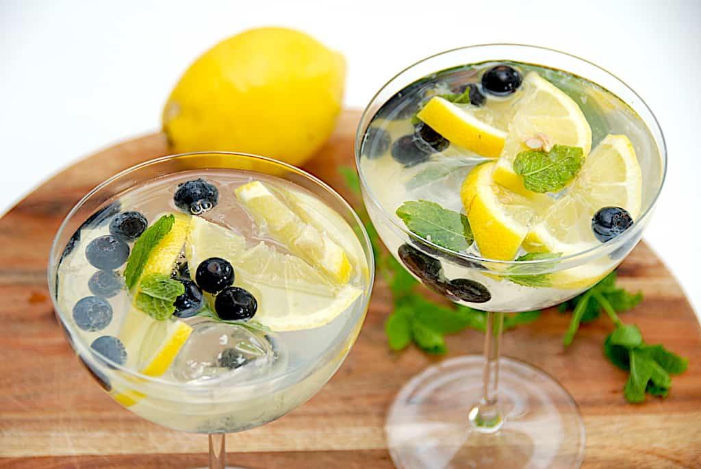 Mocktail med hyldeblomst og citron (drink uden alkohol)