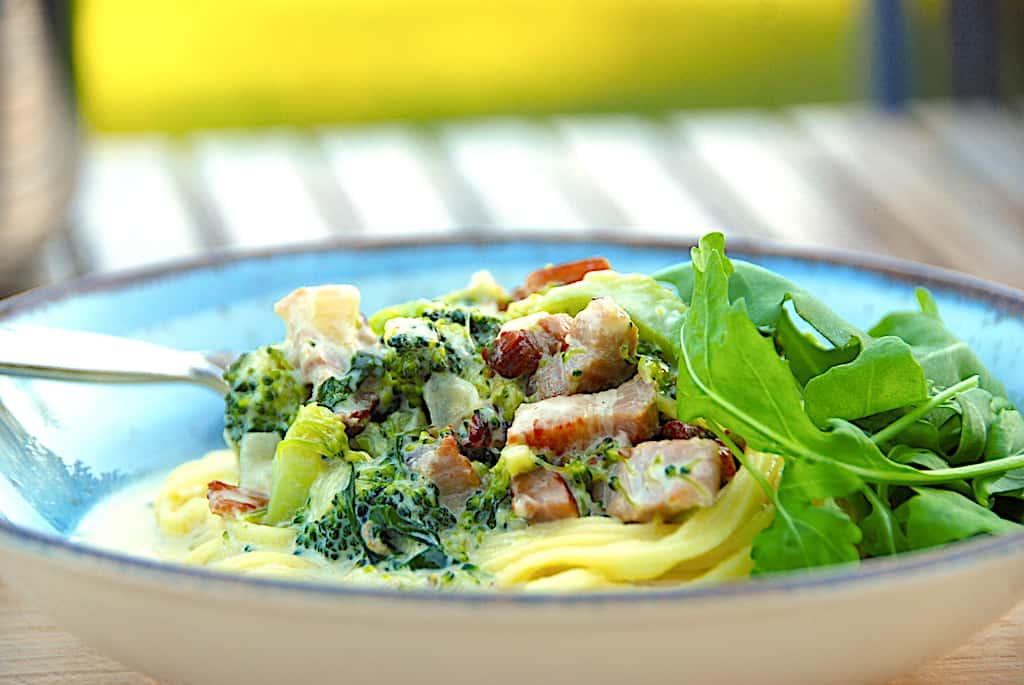 Nem pastaret med bacon og broccoli i flødesovs