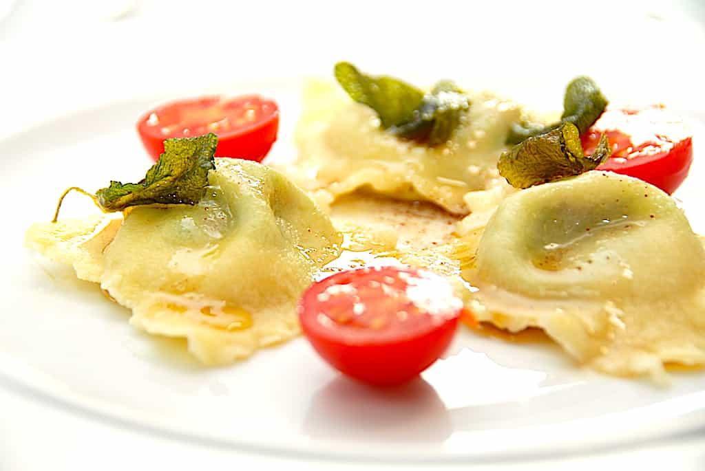 Hjemmelavet ravioli med skinke, pesto og salviesmør