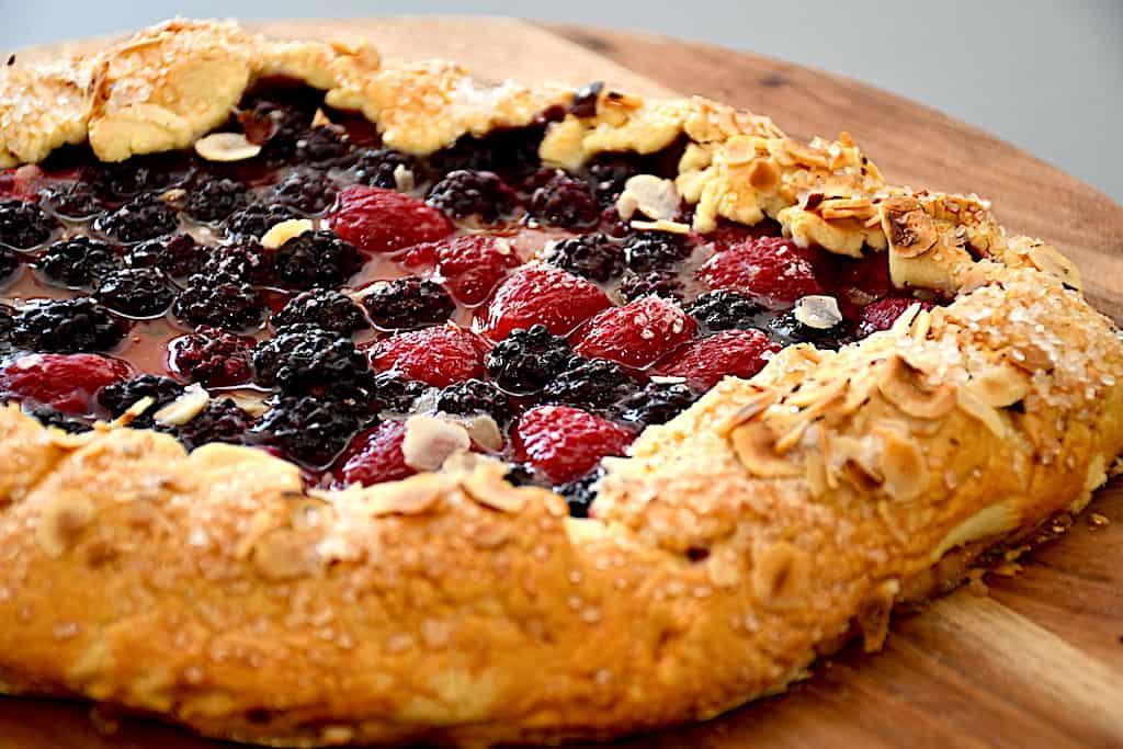 Lækker sommertærte med brombær og hindbær