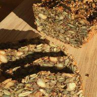 Det bliver ikke meget nemmere at lave et brød uden mel. Bare vend alle ingredienser sammen, en tur i ovnen, og så er det klart - sundt og fyldt med smag. Foto: Vibeke Nørgaard Pedersen