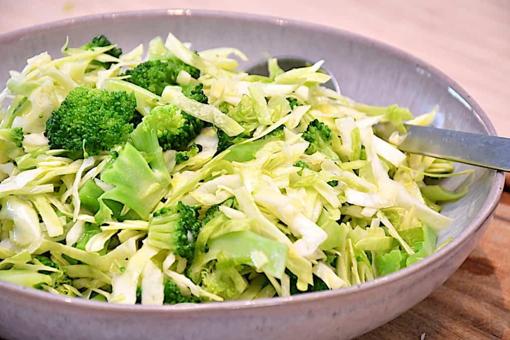 Broccolislaw - sundt tilbehør med spidskål og broccoli