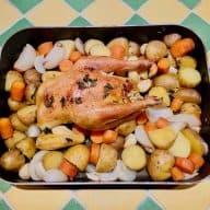 Denne opskrift på ægte fransk landkylling er nem at lave. Når kylling og grøntsager først er i ovnen, er det bare at vente med et godt glas vin til. Foto: Charlotte Mithril.