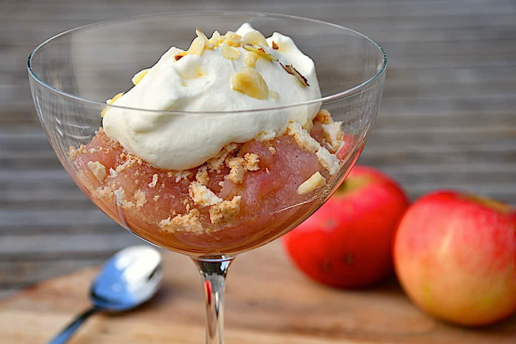 Gammeldags æblekage med makron og flødeskum
