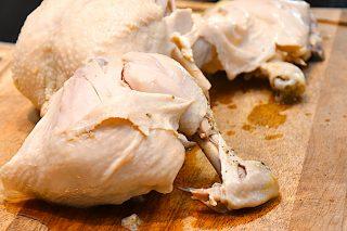 kogt kyllingekød på skærebræt