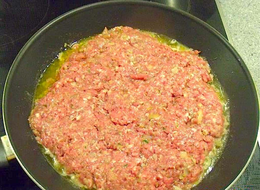 Pandebøf med lækker sauce og tilbehør