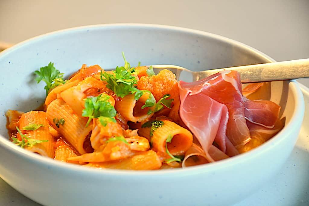 Pasta med blomkål og lækker tomatsauce