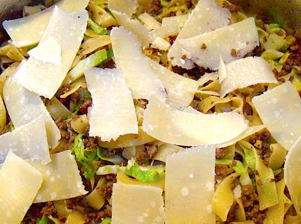 Pasta med parmesan, spidskål og oksekød