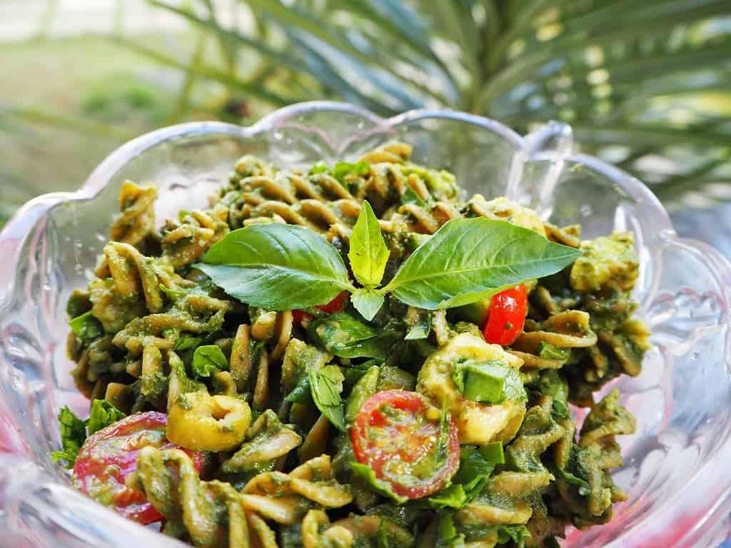 Pastasalat med pesto og avocado - vegetarisk