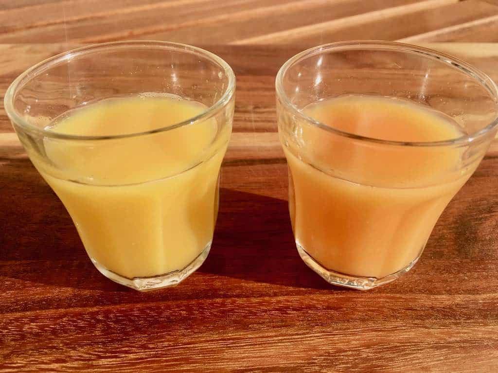 Tror du, der er forskel i smagen på de to juice og i så fald hvilken? Prøv denne overraskende øvelse, der viser hvor stor betydning synssansen har for vores smagsoplevelse. Foto: Charlotte Mithril