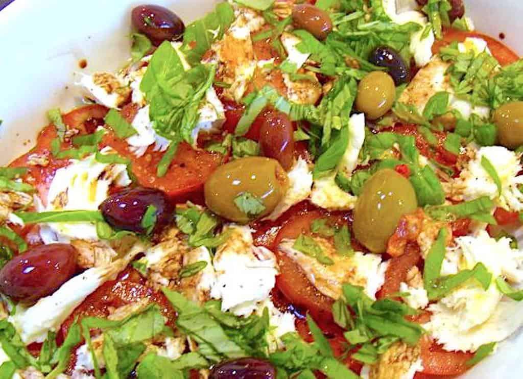 Tomatsalat med oliven og mozzarella