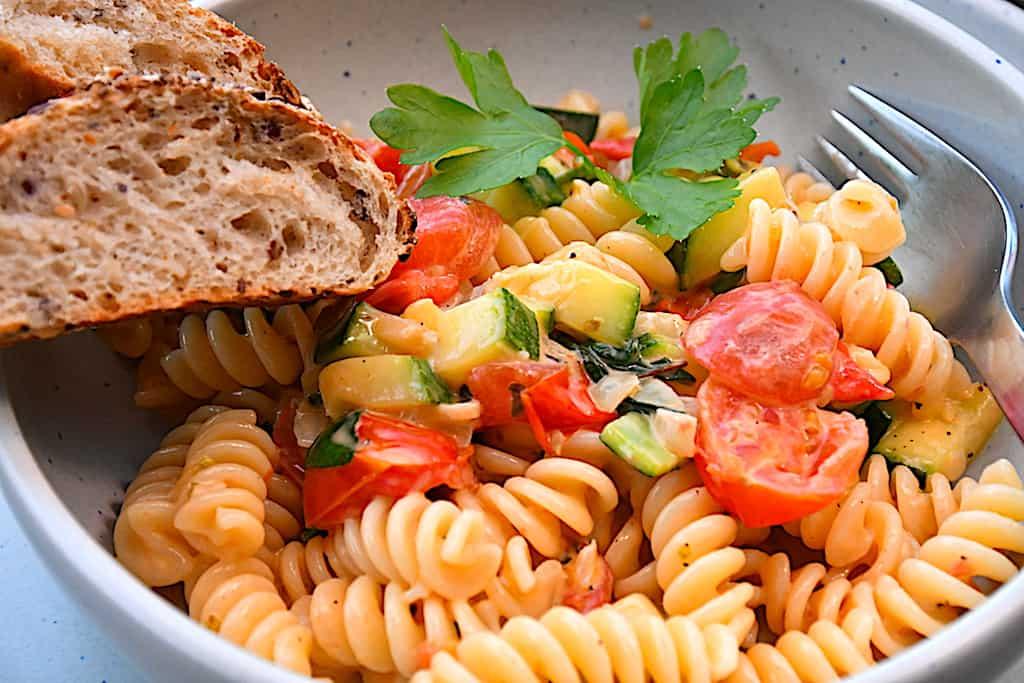 Vegetarisk pastaret med squash og tomater på 15 min.