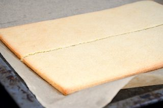 afbagte mørdejsbunde til hindbærsnitter