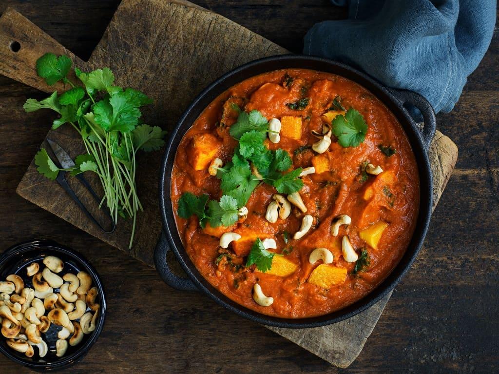 Curry med butternut squash, kål og cashewnødder