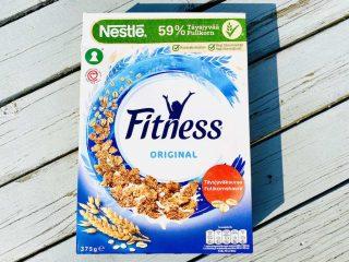 Fitness original fra Nestlé bærer det grønne Nøglehulsmærke i øverste venstre hjørne. Det er en garanti for, at der ikke er for meget sukker, salt og fedt i produktet. Men det stiller ikke krav til råvarernes kvalitet. Foto: Charlotte Mithril
