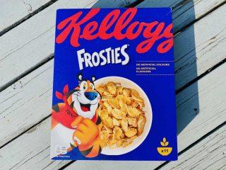 En pakke Frosties fra Kellogg's koster cirka 32 kroner for 330 gram. Men så får du også 122 gram sukker til dine sprøde, ristede majsflager. Foto: Charlotte Mithril / Madensverden.dk