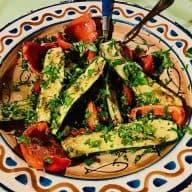 Grillede grøntsager med gremolata smager skønt! Her er det grillet squash og rød peberfrugt, der efterfølgende er vendt i den italienske krydderurtetopping. Foto: Charlotte Mithril.