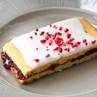 Hindbærsnitter er klassiske kager, der laves med to lag mørdej og hindbærmarmelade i midten. Pyntes med glasur, og så har du den lækreste hindbærsnitte. Foto: Holger Rørby Madsen, Madensverden.dk.
