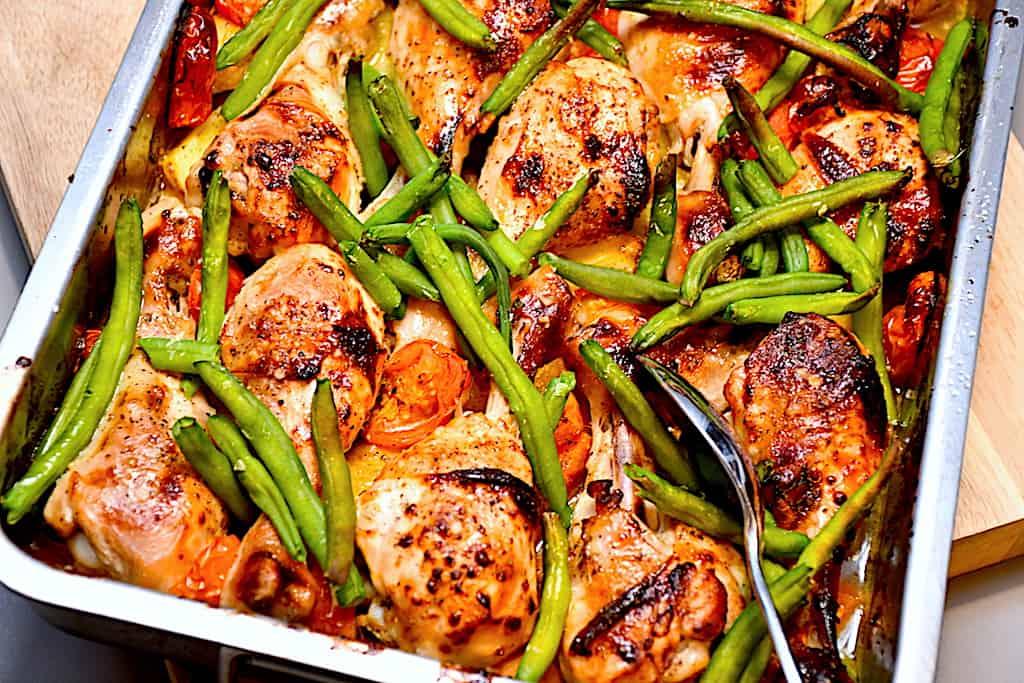 Honningmarinerede kyllingelår i fad med grøntsager
