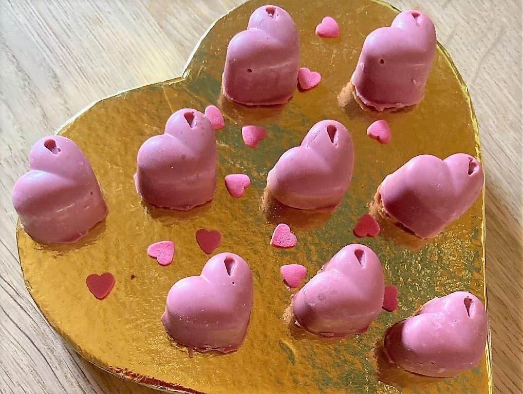 Marcipanhjerter med lakrids i lyserød Ruby chokolade