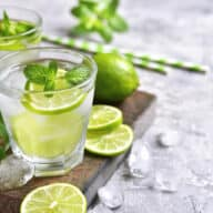 mojito drink med rom, lime og mynte