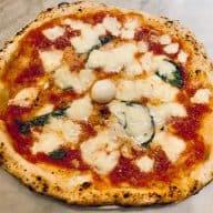 Kan du ikke lige tage til Napoli, så lad Napoli komme til dig. Følg denne napolitansk pizza opskrift og smag én af verdens bedste pizzaer hjemme. Foto: Charlotte Mithril