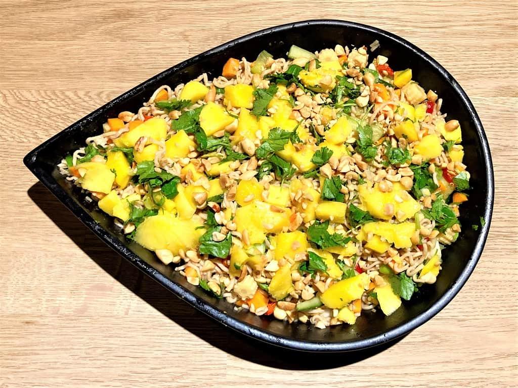 Nudelsalat - verdens bedste med mango og peanuts