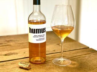 Der er rød, hvid, rosé – og nu også orange vin. Humus er et eksempel på en orange vin fra Portugal med en dyb ravfarve fra 3 måneders kontakt med skallerne. Foto: Charlotte Mithril