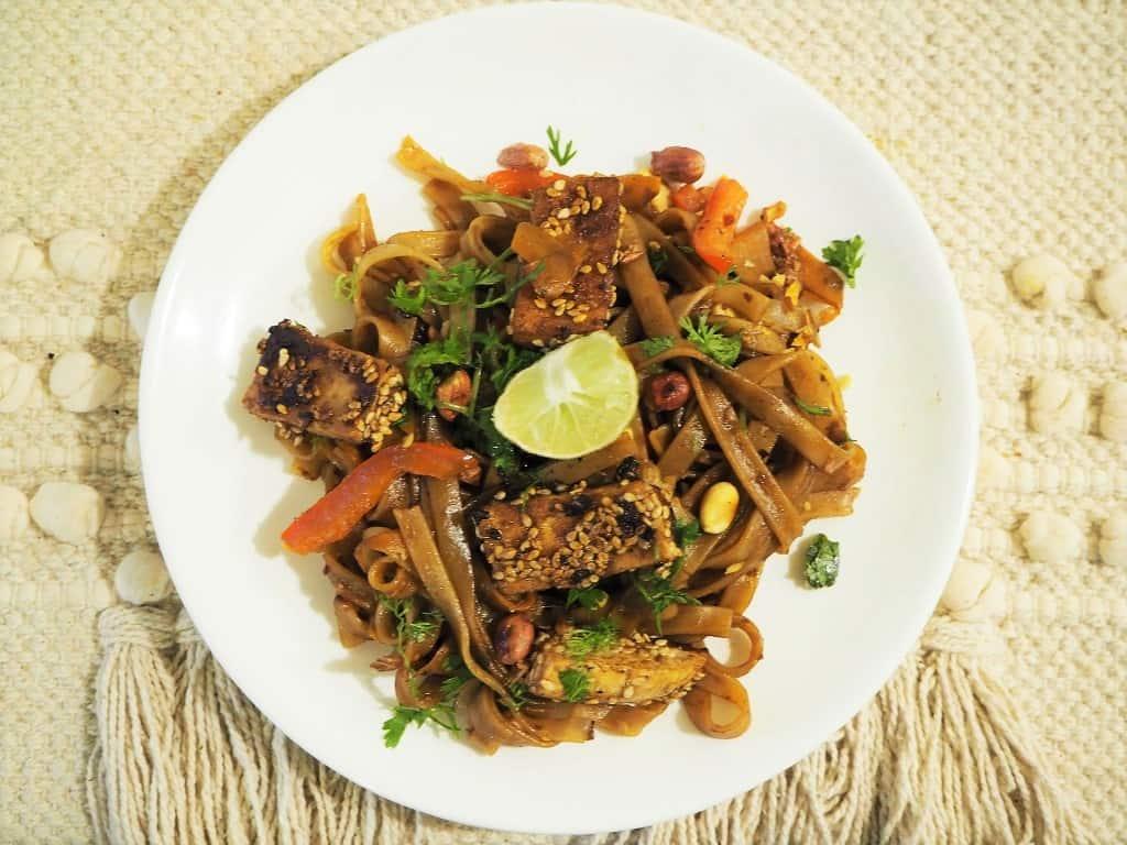 Pad thai med tofu - vegansk street food fra Thailand