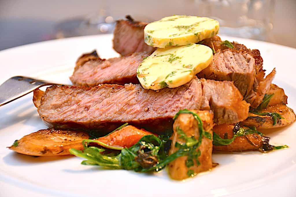 Steak med rodfrugter og hjemmelavet hvidløgssmør
