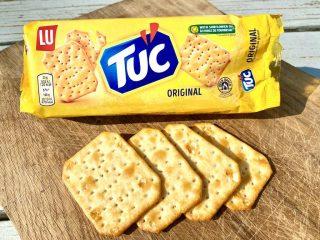 Tuc kiks kan kendes på den gule farve, firkantede form og de mange små huller. Hullerne forhindrer kiksen i at lave bobler, når den bages. Foto: Charlotte Mithril / Madensverden.dk