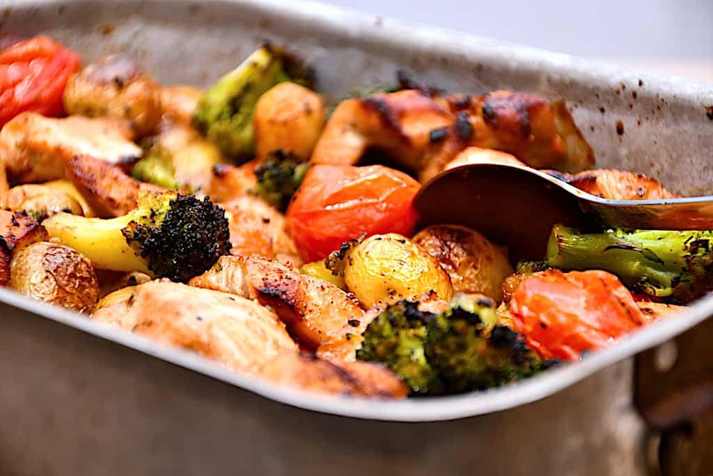 Kylling med soja, kartofler og broccoli i fad