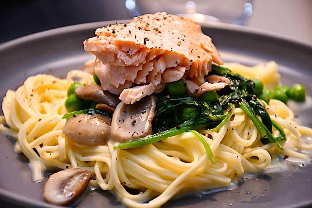 Laks med pasta, spinat, ærter og fløde på 20 minutter