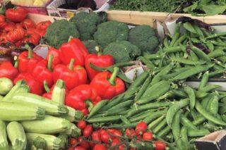 Mest mættende grøntsager på et marked - sæson i juni