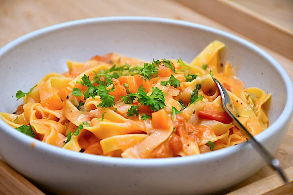 Pasta i tomatfløde - nem one-pot ret på 15 min.