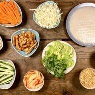 Her er alt, hvad du skal bruge for at lave de lækreste rispapirruller – også kaldet vietnamesiske forårsruller. Spis dem sammen med familie eller venner og nyd at lave jeres helt egne variationer. Foto: Charlotte Mithril