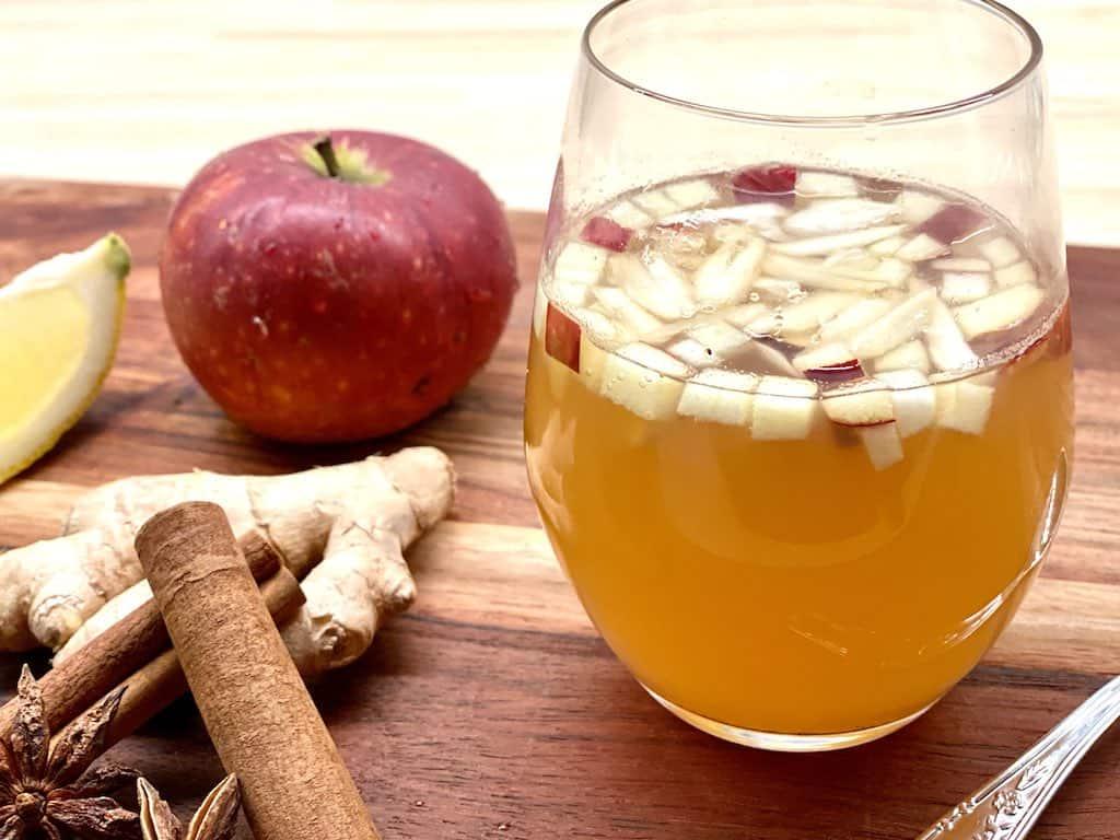 Denne friske alkoholfri gløgg er baseret på æblemost og varme krydderier og er skøn til både børn og voksne. Vil man have alkohol, kan den blot tilsættes en smule rom. Foto: Charlotte Mithril