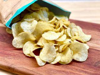 Oprindeligt var chips lavet af kartoffelskiver, der blev stegt i olie og tilsat salt. I dag kan de dog fås i mange forskellige varianter og tilsat meget andet end de tre basisingredienser. Foto: Charlotte Mithril
