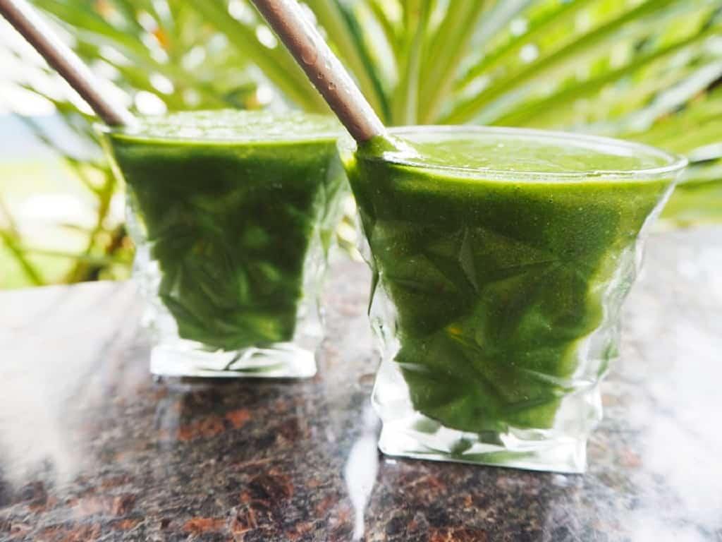 Grøn smoothie i to glas