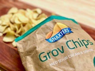 Grovchips fås i forskellige varianter som for eksempel denne fra Snaxters, der kan købes i Netto. De er lavet af kartofler med skræl og skåret i lidt tykkere skiver end almindelige chips. Foto: Charlotte Mithril