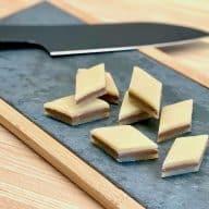 Hjemmelavede marcipansnitter er verdens nemmeste konfekt. Her er de skåret ud i den klassiske harlekin-form, men de kan skæres som du ønsker – kun fantasien sætter grænser. Foto: Charlotte Mithril
