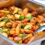foto med kartofler og gulerødder i ovn