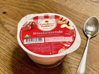 Færdiglavet risalamande fås for eksempel fra Karolines Køkken, der produceres af Arla. Den kommer i et praktisk bæger og har kirsebærsauce i bunden. Foto: Charlotte Mithril