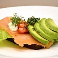 billederesultat for smørrebrød med laks og avocado