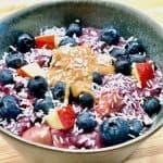 Denne havregrød med blåbær, æble, peanutbutter og kokos er både sund og smager fantastisk. Spis grød, hvis du vil have et sundt måltid med kostfibre, vitaminer og mineraler. Foto: Charlotte Mithril