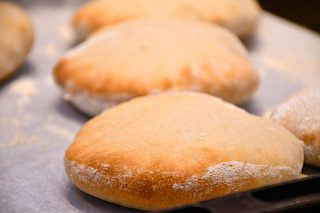 hjemmebagte brød til pita med fyld
