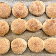 Har du ikke flere dage, så prøv disse lynboller med fuldkorn. De har en dejlig sprød skorpe og masser af smag og kan laves både med og uden surdej. Foto: Charlotte Mithril