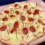 I denne opskrift på pizza med gedeost, kartoffel, chorizo og rosmarin er der anvendt ¼ fuldkornshvedemel. Det giver en dejlig sprød og rustik pizzabund med sunde kostfibre. Foto: Charlotte Mithril