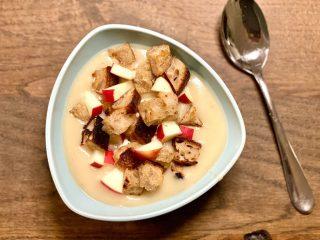 Et mindre vitamintab i grøntsagssuppe kan ikke undgås, når du snitter, koger og purerer grøntsager. Men en grøntsagssuppe som for eksempel denne kartoffel-porre med brødcrutoner og friske æbler, er stadig et sundt måltid. Foto: Charlotte Mithril