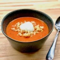 På en travl dag kan en lynhurtig tomatsuppe med dåsetomater være en god løsning til aftensmaden. Denne billige suppe kræver kun få ingredienser og kort tid. Foto: Charlotte Mithril